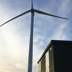 Poste de livraison et éolienne
